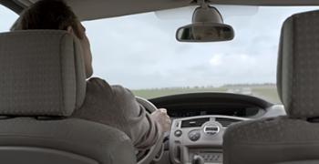 Vignette Au volant, quand vous regardez votre smartphone, qui regarde la route ?